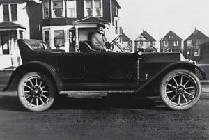 Louis Chevrolet au volant de la toute première Chevrolet en 1911.